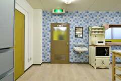 左手ドアは水まわり設備、突き当りはキッチンです。(2018-01-15,共用部,LIVINGROOM,2F)