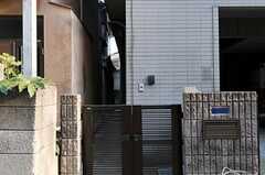 シェアハウスの門扉。建物脇を通って正面玄関にアクセスします。(2012-04-09,周辺環境,ENTRANCE,1F)