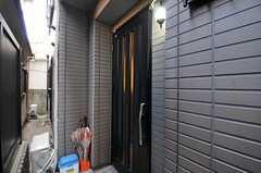 シェアハウスの玄関ドアの様子。(2012-04-09,周辺環境,ENTRANCE,1F)