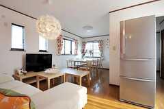 リビングの様子。冷蔵庫の右奥はキッチンです。(2012-04-09,共用部,LIVINGROOM,3F)
