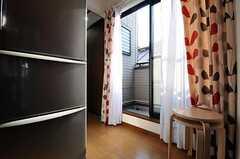 リビングに入って右側にある掃き出し窓から、ベランダに出られます。(2012-04-09,共用部,OTHER,3F)