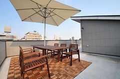 デッキスペースの様子。天気がいい日はBBQも出来ます。(2012-04-09,共用部,OTHER,4F)