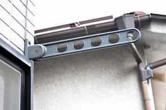 物干し金具が付いています。(201号室)(2012-06-01,専有部,ROOM,2F)