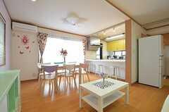 リビングの様子2。キッチンが併設されています。(2014-11-05,共用部,LIVINGROOM,3F)