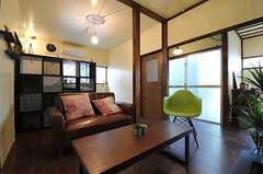 リビングの様子2。奥にキッチンがあります。(2013-03-11,共用部,LIVINGROOM,1F)