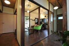 リビングを中心に廊下が二手に分かれています。右手突き当りがトイレ、左手付きあたりが101号室です。(2013-03-11,共用部,KITCHEN,1F)