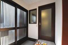 内部から見た玄関周辺の様子。格子の引き戸から自然光が差し込み、明るい雰囲気です。正面のドアがリビングです。(2013-05-31,周辺環境,ENTRANCE,1F)
