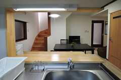キッチンから見たリビングの様子。右手のドアが水まわり設備です。(2013-05-31,共用部,KITCHEN,1F)