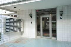 シェアハウスの正面玄関。現在は目隠しのシートが貼られているため、中は見えません。(2012-09-24,周辺環境,ENTRANCE,1F)