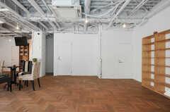 正面玄関から見た内部の様子。右奥のドアの先が、イベントなどでも使用するサロンスペースです。(2012-09-24,周辺環境,ENTRANCE,1F)