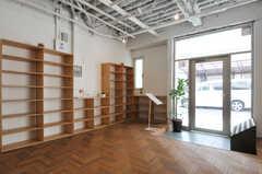 内部から見た玄関周辺の様子。棚には部屋ごとに靴を置けます。(2012-09-24,周辺環境,ENTRANCE,1F)