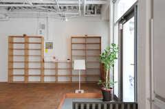 玄関周辺の様子。玄関はオートロックです。(2012-09-24,周辺環境,ENTRANCE,1F)