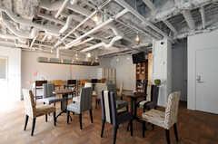 ラウンジには、いくつもテーブルセットが置かれています。(2012-09-24,共用部,LIVINGROOM,1F)