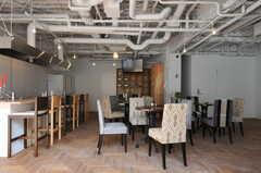 テーブルやチェアは移動できます。左手の壁側にはアイランド・キッチンがあります。(2012-09-24,共用部,LIVINGROOM,1F)