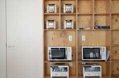 棚に置かれたキッチン家電。左手のドアの先がストック・ルームです。(2012-09-24,共用部,KITCHEN,1F)