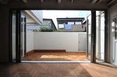 窓を開放すると、テラスの存在感もナカナカ。右手のドアの先が脱衣室とバスルームです。(2012-09-24,共用部,OTHER,1F)