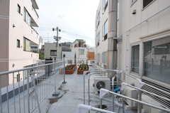廊下の突き当りからルーフバルコニーへ出られます。ここでは物干しもできます。(2012-09-24,共用部,OTHER,2F)