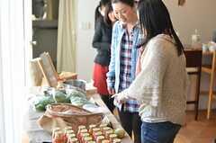 有機野菜に興味をしめす入居者さん。(2013-02-23,共用部,PARTY,1F)