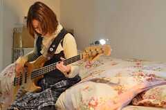 学生時代からベースを弾いているのだそう。(2013-03-02,専有部,ROOM,2F)