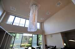 吹き抜けの空間には、大きなシャンデリアが。(2014-04-23,共用部,LIVINGROOM,1F)