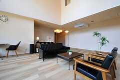 正面奥の先は廊下です。(2014-04-23,共用部,LIVINGROOM,1F)