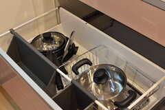 IHクッキングヒーターの下は共用の鍋やフライパンが収納されています。(2017-09-20,共用部,KITCHEN,1F)