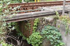 踏切の下を小川が流れています。(2017-09-20,共用部,ENVIRONMENT,1F)