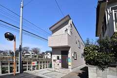 シェアハウスの外観。シェアハウスは線路沿いです。(2017-03-09,共用部,OUTLOOK,1F)