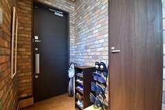 内部から見た玄関の様子。靴箱は専有部ごとに1足収納することができます。(2017-03-09,周辺環境,ENTRANCE,1F)