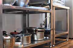 ガスコンロの下は共用の鍋やフライパンが置かれています。(2017-03-09,共用部,KITCHEN,1F)