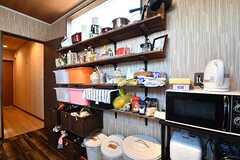 キッチンの対面は収納棚です。収納棚の脇にキッチン家電が置かれています。(2017-03-09,共用部,KITCHEN,1F)