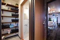 玄関脇がシャワールームです。脱衣室には専有部ごとに収納スペースが用意されています。(2017-03-09,共用部,BATH,1F)