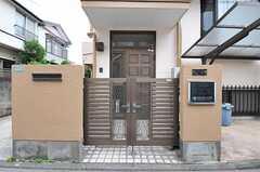 シェアハウスの門扉の様子。(2012-06-20,周辺環境,ENTRANCE,1F)