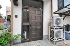 シェアハウスの玄関ドアの様子。(2012-06-20,周辺環境,ENTRANCE,1F)