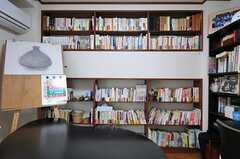 壁一面がまるまる本棚になっています。(2012-06-20,共用部,LIVINGROOM,2F)