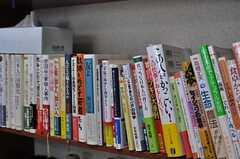 本棚のラインナップはほとんどオーナーさんのチョイス。(2012-06-20,共用部,LIVINGROOM,2F)