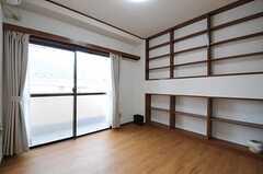 専有部の様子。リビングと同じく壁の一面が本棚になっています。掃き出し窓からはベランダに出られます。(201号室)(2012-06-20,専有部,ROOM,2F)