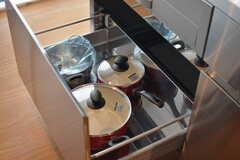 フライパンや鍋類は引き出しに収納されています。(2017-02-27,共用部,KITCHEN,1F)