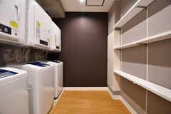 ランドリースペースの様子。洗濯機と乾燥機の対面は洗剤などを置いておける棚があります。(2017-02-27,共用部,LAUNDRY,1F)