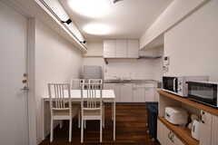 ダイニングの奥がキッチンです。(2017-02-27,共用部,LIVINGROOM,2F)