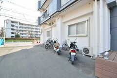 自転車置き場の様子。バイクも停められます。(2017-02-27,共用部,GARAGE,1F)