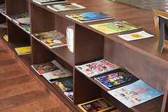雑誌やリーフレットが並んでいます。(2015-08-06,共用部,OTHER,1F)