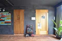 ロビーからはサロンとスタディ・ルームにアクセスできます。右手のドアがサロンです。(2015-08-06,共用部,OTHER,1F)
