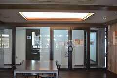 廊下からはラウンジが見えるので、様子がすぐにわかります。(2015-08-06,共用部,LIVINGROOM,1F)