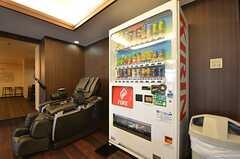 自動販売機が設置されています。(2015-08-06,共用部,LIVINGROOM,1F)