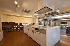 キッチンの様子3。システムキッチンは4台設置されています。(2015-08-06,共用部,KITCHEN,1F)