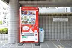 建物の前に自動販売機が設置されています。(2015-08-06,共用部,OTHER,1F)