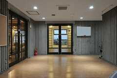 ロビーの様子2。正面のドアはシューズルーム、左手のドアはラウンジです(2014-03-05,周辺環境,ENTRANCE,1F)