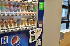ラウンジの片隅には自動販売機が置かれています。(2014-03-05,共用部,LIVINGROOM,1F)