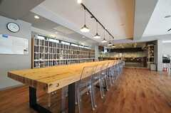 大きなダイニングテーブルは、キッチンの作業台とひと続きとなっています。(2014-04-18,共用部,LIVINGROOM,1F)